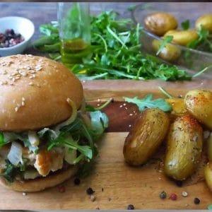 Burger poulet épicé, cheddar, tomate fraîche, oignons rouge, bacon, cornichon, sauce barbecue avec ses grenailles rôties