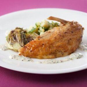 Suprême de pintade, jus de cuisson au raisin de Corinthe purée de petits pois frais et petits oignons glacés
