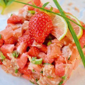 Tartare de thon aux fraises, coriandre et pignons de pins