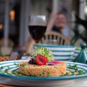 Tartare de saumon, quinoa , sésame et menthe fraîche