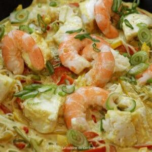 Pot au feu de la mer, poissons, crevettes, petits légumes et paprika
