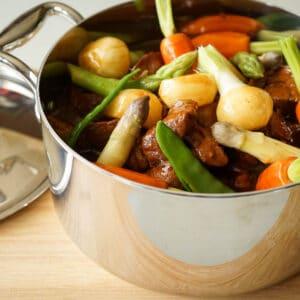 Navarin d'agneau, petits légumes de saison au curry
